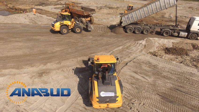 Prace Ziemne przy budowie Galerii Handlowej w Chodzieży- Podczas budowy Galerii Handlowej w Chodzieży wykonane zostały roboty ziemne, grunty słabonośne zostały wzmocnione poprzez wykonanie nasypow z piasków